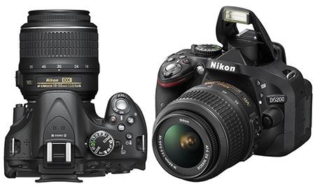 Nikon D5200 shora a s vyklopeným bleskem