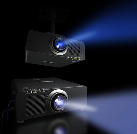projektory Panasonic PT-DZ870 a PT-DZ13K s vysokou svítivostí